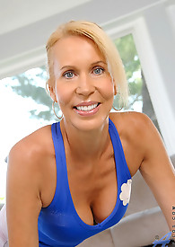 Alluring Erica Lauren starts her day with an exercise routine to maintain her sexy gorgeous body