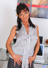 Milf with an amazing body uses the magic wand on her pussy