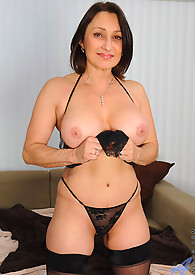 Jillian Foxxx loves using the vibrating magic wand on her hot pussy