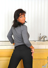 Hot Anilos Sarah Bricks fucks herself on the kitchen using her favorite 9 inches toy