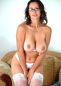 Hypnotic cougar Persia Monir displays her huge tits in a sexy bra