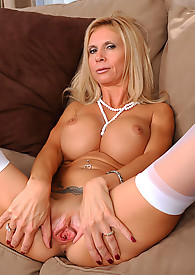 Anilos Brooke Tyler exposes her cleavage in a hot bra