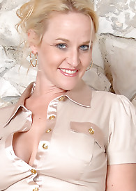 Busty Blonde Anilos Dee Siren gets ready to ride the sybian